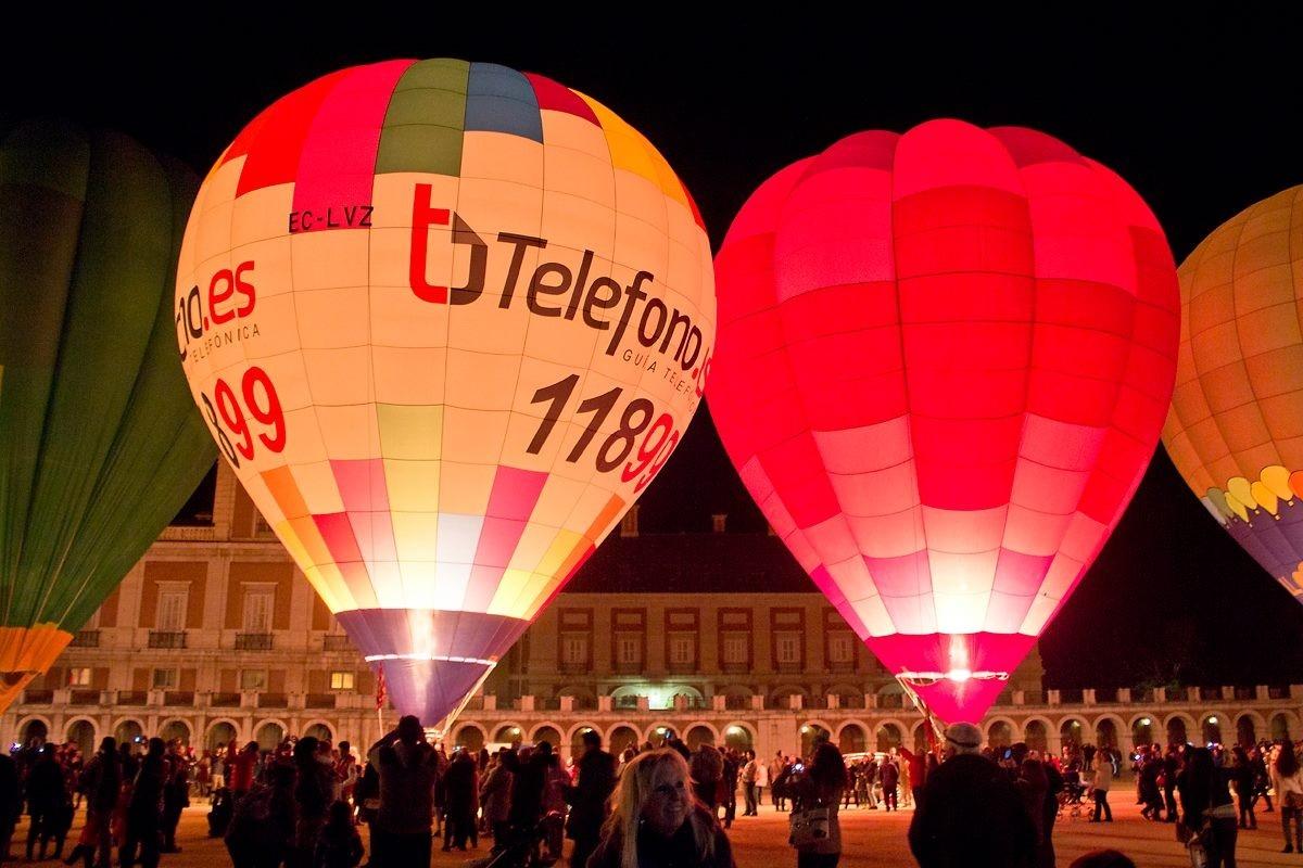 Impresionante fotografía de un night glow con el globo publicitario 11899, información telefónica